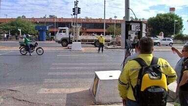 Após congestionamentos, prefeitura retira lombada e reinstala semáforo - Após congestionamentos, prefeitura retira lombada e reinstala semáforo