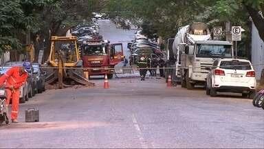 Vazamento de gás fecha rua na Região Centro-Sul de Belo Horizonte - Segundo Corpo de Bombeiros, tubulação foi rompido por uma retroescavadeira.
