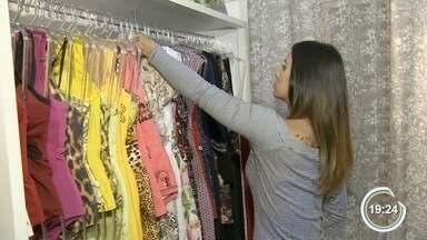 Crise faz vendedoras de roupas adequarem o comércio - Elas passaram a vender os produtos em casa.