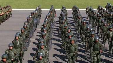 Tropas federais podem ficar no Rio para as eleições - Ministro da Defesa, Raul Jungmann, deu declaração durante anúncio do esquema especial de segurança para a Olimpíada e a Paralimpíada. Patrulhamento começa no próximo dia 24.