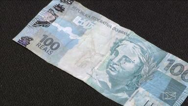 Polícia investiga derrame de notas falsas no comércio de Açailândia, MA - A polícia de Açailândia (MA) vai investigar o derrame de notas falsas no comércio da cidade. As investigações foram intensificadas depois da apreensão de dois adolescentes. Com eles a polícia encontrou uma cédula falsa no valor de R$ 100.