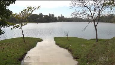 Mancha aparece no lago Igapó, em Londrina - O lugar é o principal cartão postal da cidade
