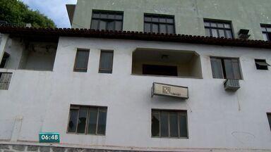 Prédio abandonado de editora traz insegurança em Vitória - Imóvel da antiga editora Lineart foi lacrado pela Justiça.Publicitário que mora em cima do prédio quer uma solução.