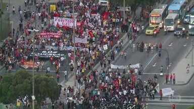 Servidores públicos do estado fazem manifestação no Centro do Rio - Os manifestantes saíram da Igreja da Candelária e seguiram em direção à Avenida Presidente Vargas.
