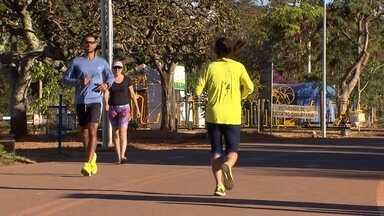 Caminhadas podem ajudar na busca por uma boa forma física - É possível buscar uma boa forma física apenas contando os passos. mas a caminhada tem que estar aliada a uma alimentação saudável e exames médicos em dia.