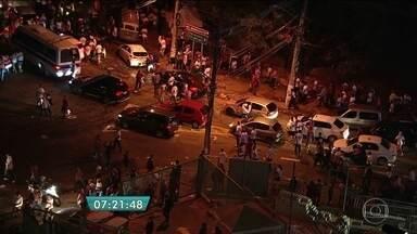 Polícia prende torcedores que se envolveram em confusão no estádio do Morumbi - O jogo do São Paulo contra o Alético Nacional, pela Copa Libertadores, terminou em confusão. A briga entre torcedores são-paulinos começou dentro do estádio do Morumbi, na Zona Sul da capital. Dez pessoas foram presas e 15 policiais ficaram feridos.