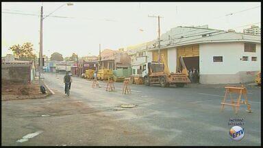 Avenida em frente à empresa de valores assaltada permanece parcialmente interditada - Retirada de entulho e movimentação de caçambas prejudica o trânsito na Avenida Saudade.
