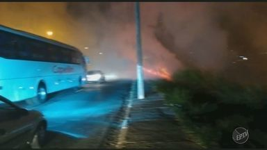 Incêndio em terreno prejudica o trânsito e causa trastornos aos moradores, em Campinas - A queimada ocorreu na noite da última quarta-feira (6), próximo a Rodovia Engenheiro de Paula Souza. O fogo provocou muita fumaça e atrapalhou a visibilidade dos motoristas.