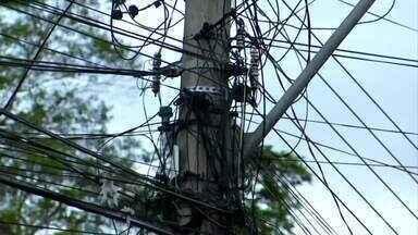 Fiação coberta por galhos de árvores preocupa moradores de Volta Redonda, RJ - RJTV flagrou situação em vários bairros da cidade; engenheiro eletricista fala dos riscos do contato do fio com árvore.