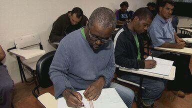 Projeto leva alfabetização a pacientes do Cairbar Shutel em Araraquara, SP - Atividade faz parte do tratamento para os internos do hospital psiquiátrico.