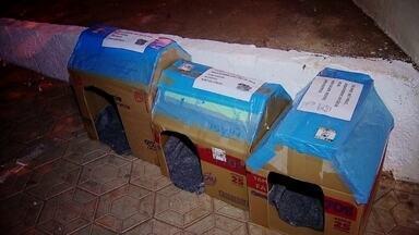 Caixas de papelão são transformadas em casinha de cachorro em Sobradinho 2 - Luana recorta as caixas de papelão e monta as casinhas para cachorros que não têm um lar. E ela não só faz as casinhas, como também distribui pelas ruas de Sobradinho 2.