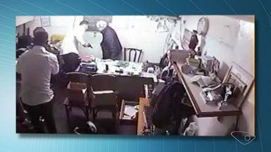 Apesar do investimento em segurança, comerciantes são assaltados, no ES - A Polícia Civil disse que as imagens de videomonitoramento auxiliam na investigação, mas que essa não é a única ferramenta usada para identificar e localizar os suspeitos. E informou que todos os casos mostrados na reportagem estão sendo investigados.