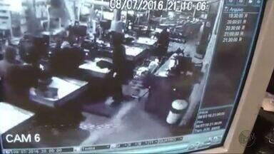 Imagens mostram assalto a supermercado em Três Corações, MG - Imagens mostram assalto a supermercado em Três Corações, MG