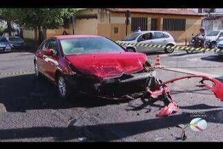 Caminhonete capota em cruzamento de Uberlândia e três pessoas se ferem - Acidente de trânsito foi registrado nesta manhã (9) no Bairro Saraiva.Vítimas foram socorridas pelo Corpo de Bombeiros com ferimentos leves.