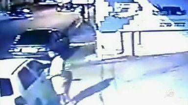 Câmera flagra roubo de carro no Bairro Henrique Jorge - Se você conseguir identificar o homem do vídeo ligue para o 190