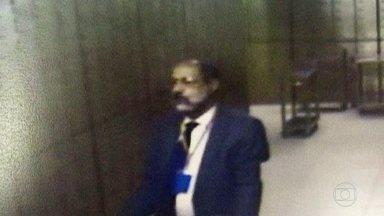 Gerente de banco é preso por roubar correntistas - Alberto Carraz é gerente de relacionamento de uma agência do Banco do Brasil no Centro do Rio. Imagens mostram o gerente roubando R$ 1,5 milhão.