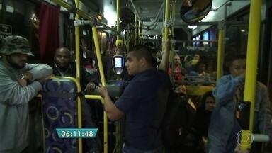 Mais de 40 linhas de ônibus param de circular no mês de férias escolares na capital - As pessoas que precisam ir ao trabalho são obrigadas a recorrer a outras linhas que, consequentemente, ficam mais lotada nesse período.