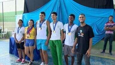 Sem ter onde treinar, alunos fazem pista de atletismo em escola do ES - Cinco alunos vão representar o estado em uma competição na Paraíba.Eles construiram a pista da escola, no município de Boa Esperança.