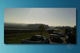 Tombamento de caminhões provoca lentidão na Rodovia Ayrton Senna - Segundo a Polícia Rodoviária, acidente foi no quilômetro 46 e não deixou vítimas.