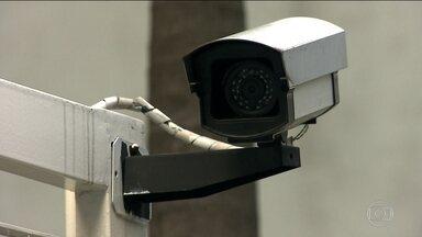 Sistema conta com condomínios para fornecer imagens de câmera de segurança para a polícia - O governo de São Paulo está lançando um sistema integrado de câmeras de segurança para monitorar melhor as ruas da cidade. A ideia é usar os condomínios da capital para fornecer imagens diretamente pra polícia.