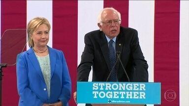 """Após negociação, Bernie Sanders declara apoio a Hillary Clinton - Sanders exigiu mudanças no programa de Hillary. """"Bernie abandonou sua base ao apoiar Clinton"""", escreveu Trump."""