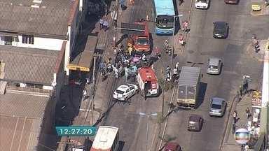 Bombeiros socorrem vítima de atropelamento em Contagem - Acidente ocorreu na Av. Tito Fulgêncio, no bairro Cidade Industrial. Por volta das 12h30, trânsito era lento no local.