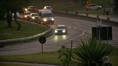 Motoristas que cruzam trechos urbanos de rodovias também devem manter farol aceso de dia - Lei que obriga farol ligado nas rodovias vale para pontos que cortam as cidades; por ser dentro de municípios, muita gente esquece da determinação e acaba sendo multada.