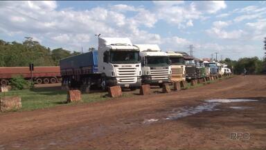 Cem caminhões estão parados no pátio da Receita Federal por conta da greve dos auditores - Apenas cargas com alimentos perecíveis e com urgência são liberadas em Guaíra.