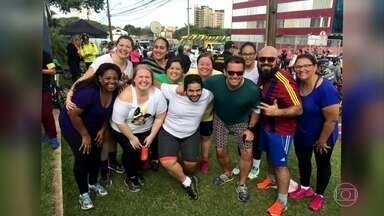Fernando Rocha corre com participantes do Bem Verão - Depois de participar de um jantar em Foz do Iguaçu (PR), Fernando Rocha foi ao passeio ciclístico da RPC.
