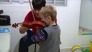 Através da arte, projeto promove inclusão de crianças autistas - Através da arte, projeto promove inclusão de crianças autistas