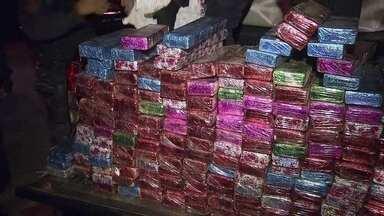 """Caminhonete com mais 600 kg de maconha é apreendida em Samambaia - Os tabletes de maconha estavam embalados com cores diferentes, cada uma representando um traficante que receberia a droga. Os entorpecentes estavam em formato de """"skank"""", um tipo de maconha mais forte, feita em laboratório."""
