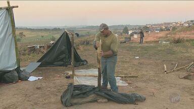 Famílias deixam terreno ocupado em Santo Antônio de Posse, SP - Local foi ocupado no bairro Pedra Branca no início deste mês.