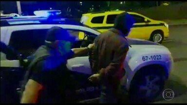 PM e miliciano são presos em flagrante, no Rio - Eles são acusados de sequestrar dois homens, na semana passada. Os suspeitos foram presos no momento em que iam receber o resgate.