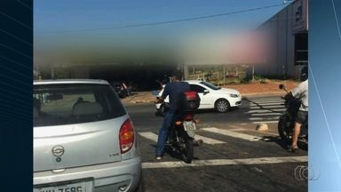 Motoristas desrespeitam leis de trânsito em Goiânia - Motociclista é flagrado trafegando sem capacete, o que é considerado uma infração gravíssima.
