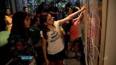 Exposição estimula o contato de crianças com obras de arte - Visitantes podem interagir com as obras expostas.