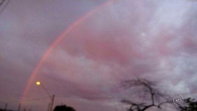 Internautas registram arco-íris rosado no céu de Bauru - Internautas registraram um arco-íris rosado no céu de Bauru (SP) na manhã desta terça-feira (19). O fenômeno chamou atenção da moradora Helena Lazarini, que fez o registro no Jardim Europa, zona sul da cidade. Segundo a meteorologista do Instituto de Pesquisas Meteorológicas da Unesp (Ipmet), Zildene Emídio, o fenômeno é raro.