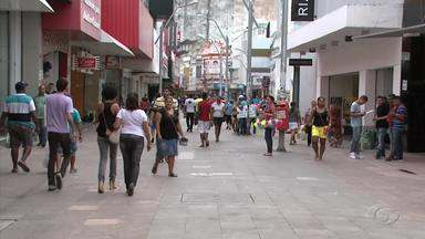 Pesquisa aponta que brasileiros são considerados consumistas compulsivos - Psicólogo Laerte Leite explica quando a pessoa passa a ser considerada consumista compulsiva.