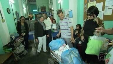 Moradores da Gamboa se mobilizam para ajudar um vizinho muito especial - O RJ Móvel Olímpico estacionou no bairro da Zona Portuária para mostrar a iniciativa dos moradores. Eles arrecadaram alimentos para a Associação Reviver - Grupo de Apoio a Criança e ao Adolescente