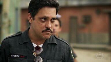 Bigode fica decepcionado com Josy - Policial desiste de viajar com ela