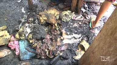 Casa de madeira é praticamente destruída por incêndio em Açailândia, MA - Em Açailândia (MA), uma casa de madeira foi praticamente destruída pelo fogo. Das seis pessoas que moravam na casa, cinco eram menores.