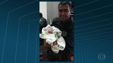 Moradora do Alemão tem parto com ajuda de policiais de UPP - Após o parto, na casa da moradora do Complexo do Alemão, mãe a bebê foram levadas para o Hospital de Bonsucesso e passam bem.