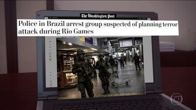 Prisão de supostos terroristas no Brasil repercute no exterior - A prisão dos brasileiros que estariam planejando um atentado na Olimpíada teve forte repercussão no mundo. Isso aconteceu principalmente nos EUA, que lideram a ofensiva contra o Estado Islâmico.