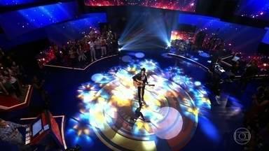 Tiago Iorc canta Amei te ver - Cantor faz apresentação no palco do Caldeirão.