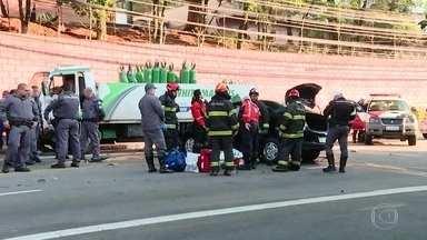 Mulher morre e casal fica ferido em acidente na Zona Sul da capital - As três pessoas estavam em um carro que bateu em um caminhão na Avenida Giovanni Gronchi, no Morumbi. A polícia disse que o carro estava em alta velocidade e invadiu a pista contrária.