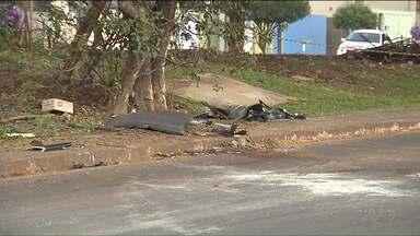 3 pessoas morreram e outras 3 ficaram feridas num acidente, em Londrina - O acidente foi ontem (24). As 6 vítimas estavam dentro do mesmo carro. Segundo a polícia, uma adolescente de 15 anos dirigia o carro.