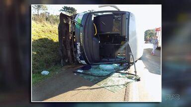 Motorista passa mal e ônibus tomba no sudoeste - Oito pessoas ficaram feridas