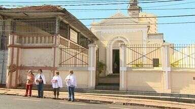 Padre abençoa carros nesta segunda-feira (24) na Avenida da Saudade em Ribeirão Preto, SP - Hoje é dia de São Cristovão, padroeiro dos motoristas. Benção vai até às 14h em frente a igreja nos Campos Elíseos.