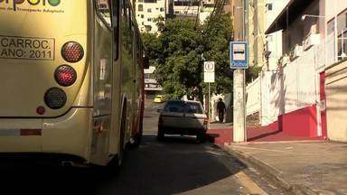 Motoristas estacionam carros em pontos de ônibus em Juiz de Fora - Fiscal alerta sobre infração e multa para quem estaciona em lugar incorreto.