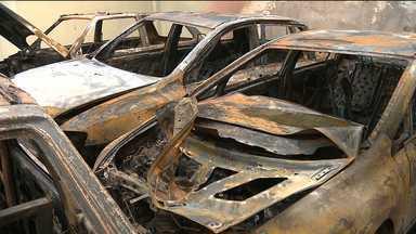 Incêndio atinge carros no pátio do Fórum do Tribunal de Justiça em Queimadas, PB - Fogo teve início durante a noite e as chamas foram controladas pelos bombeiros; causa ainda será investigada.