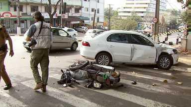 Um motociclista morreu hoje cedo em um acidente no meio de Foz - O corpo do rapaz foi liberado no fim da tarde.